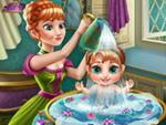 Anna Bebeğini Yıkıyor